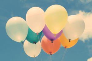 Ballons vor blauem Himmel mit Wolken als Sinnbild für Ballonfinanzierung