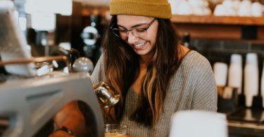 Studentin macht Kaffee als Barista Minijob