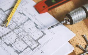 Baupläne und Werkzeuge liegen für Modernisierungsarbeiten bereit