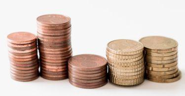 Betrag der Abgeltungssteuer in Münzen gestapelt