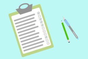 Checkliste für Lebensversicherung beleihen und Stifte auf blauem Untergrund