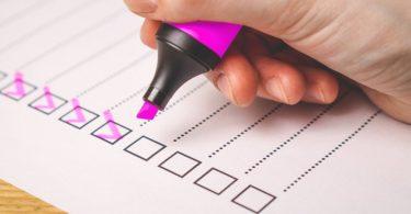 Checkliste mit pinken Haken für den Freistellungsauftrag