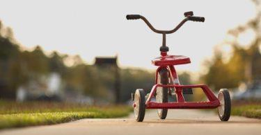 Rotes Dreirad eines mit Kindergeld geförderten Kindes