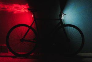 E-Bike mit E-Bike Versicherung lehnt nachts an Wand