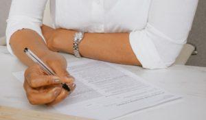 Frau prüft Vertrag auf Lebensversicherung widerrufen