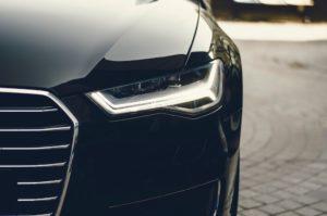 Detailaufnahme Frontansicht schwarzes Auto