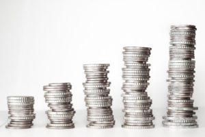 Fünf Münzstapel aufsteigend von links nach rechts für Festgeld