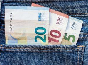 Geldscheine von Studienkredit in Hosentasche