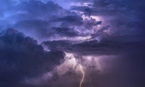 Dunkle Gewitterwolken mit Blitz