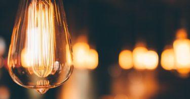 Glühbirnen in verschiedenem Fokus im Stromvergleich