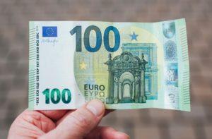 Hand hält einhundert Euro Schein Hinzuverdienst zur Erwerbsminderungsrente