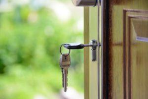 In Tür steckender Schlüssel eines über Bausparvertrag finanzierten Hauses