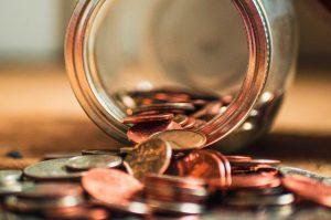 Kleingeld in Glas als Zinszahlung nach Kreditvergleich