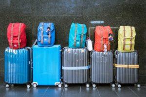 Fünf Koffer auf denen Rucksäcke abgesichert über Fluggastrechte stehen