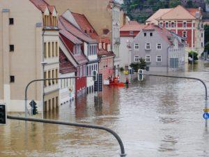 Mit Hausratversicherung abgesicherte Häuser während Hochwasser überschwemmt
