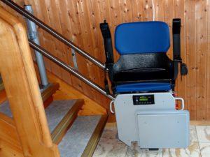 Montierter blauer Treppenlift von gesetzlicher Pflegeversicherung