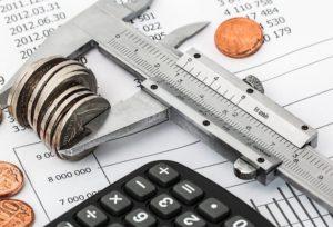 Münzen Taschenrechner und auf Dispokredit Unterlagen
