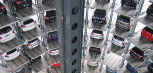 Verschiedene Neuwagen zur Finanzierung über Autokredit in mehrstöckigem Parkhaus gelagert