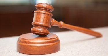 Hölzerner Richterhammer als Sinnbild für Rechtsschutzversicherung