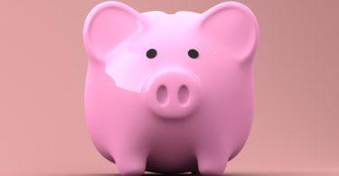 Rosa Sparschwein als Girokonto vor rosa Hintergrund
