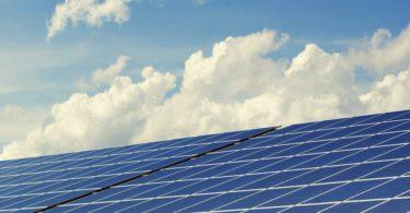 Solarzellen zur Gewinnung von Ökostrom durch Photovoltaik vor blauem Himmel