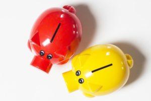 Rotes und gelbes Sparschwein für Kapitallebensversicherung