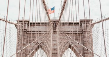 US Flagge auf Brücke als Sinnbild für Fluggastrechte in USA