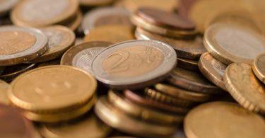 Verschiedene Euro Münzen aufgehäuft zur Anlage als Festgeld
