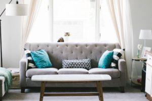 Wohnzimmer mit Sofa abgesichert über Hausratversicherung