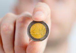 Zwei Euro Münze gehalten Ersparnis Lebensversicherung beitragsfrei stellen