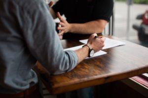 Zwei Männer unterhalten sich bei Schuldnerberatung